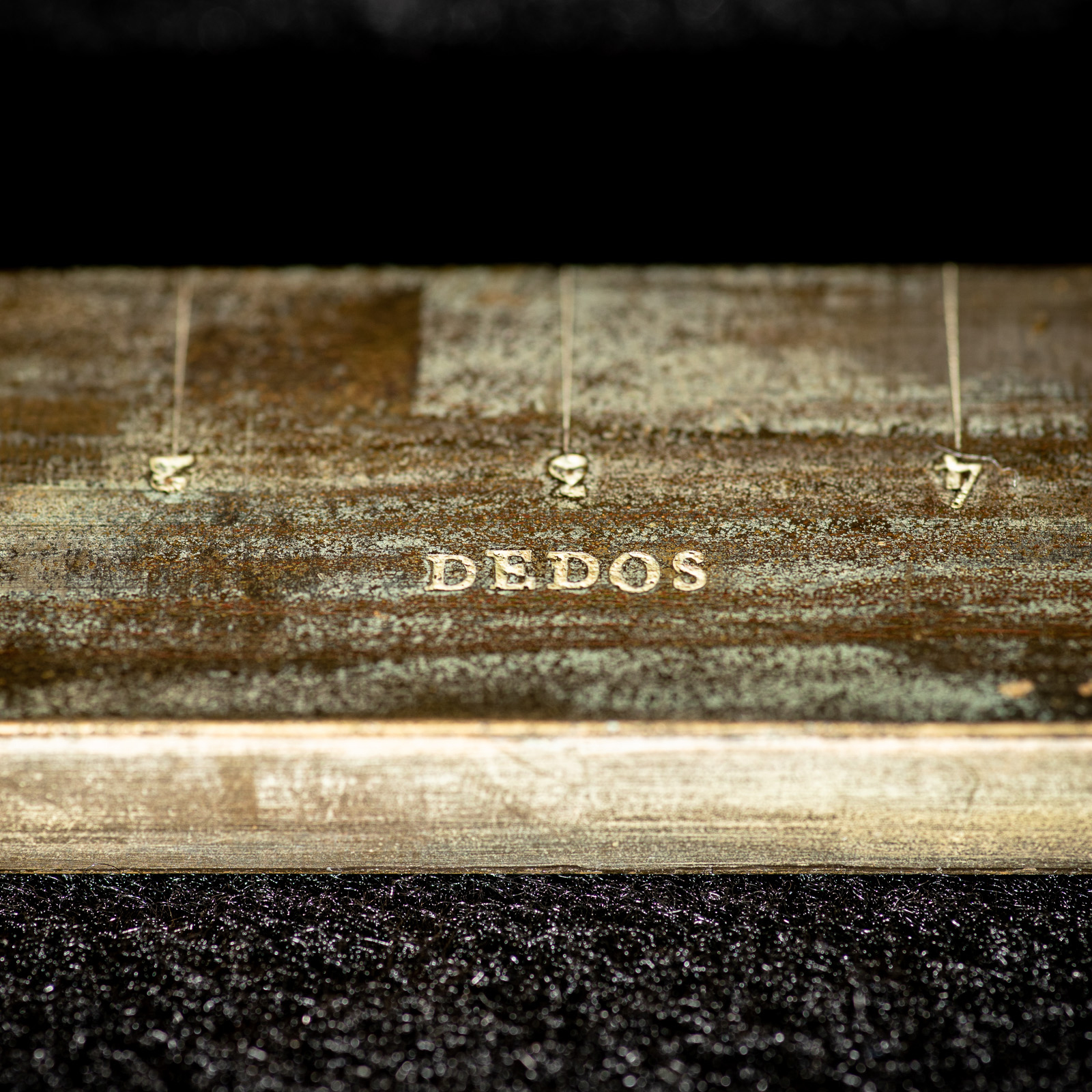 "Vara stamped with the word ""dedos"" with graduations above."