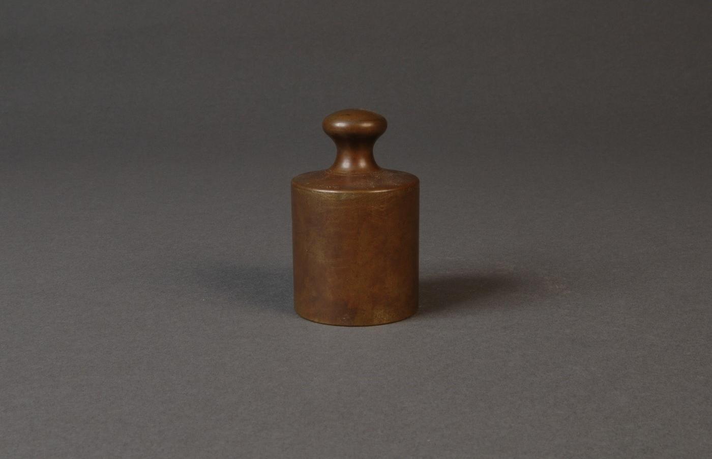 Grave, a brass mass standard