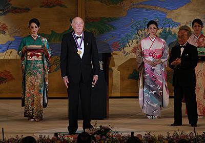 John Cahn receiving Kyoto medal