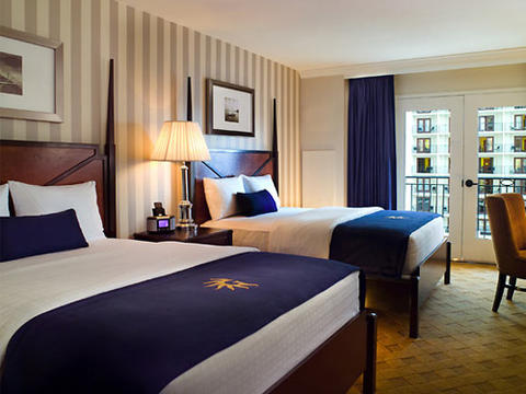 Photo showing a double bed room at the Gaylord National Harbor.