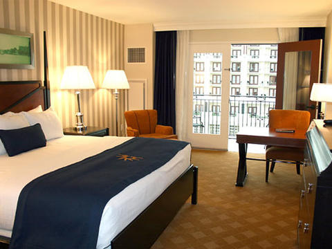 Photo showing a room with a King bed at the Gaylord National Harbor.